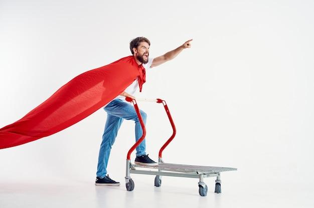 Homem barbudo supermercado estilo de vida divertido fundo claro