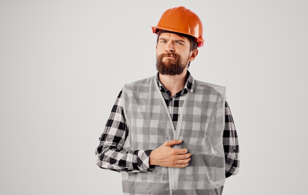Homem barbudo trabalhando na construção de uniforme, construindo estúdio de profissão