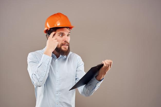 Homem barbudo trabalhar no fundo isolado de sucesso da indústria da construção