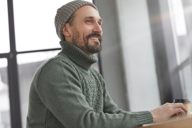 Homem barbudo vestindo blusa de malha quente e chapéu