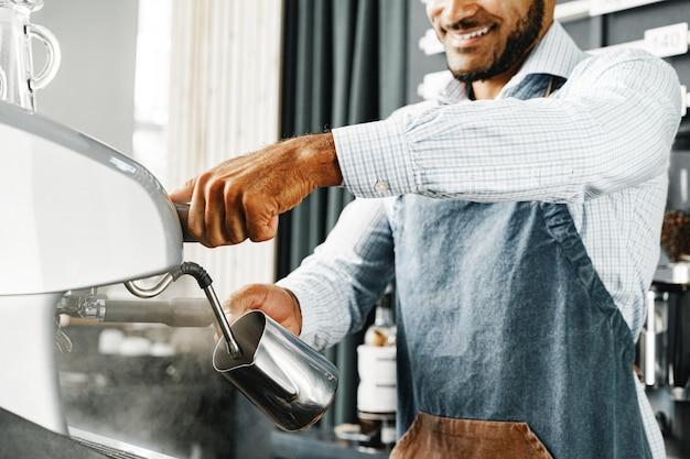 Homem barista preparando café na cafeteira profissional