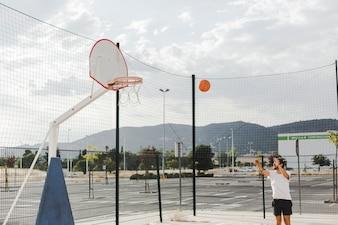 Homem, basquetebol jogando, em, aro