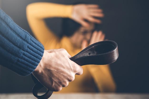 Homem bate em mulher em casa