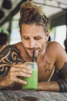 Homem bebe smoothies saudáveis