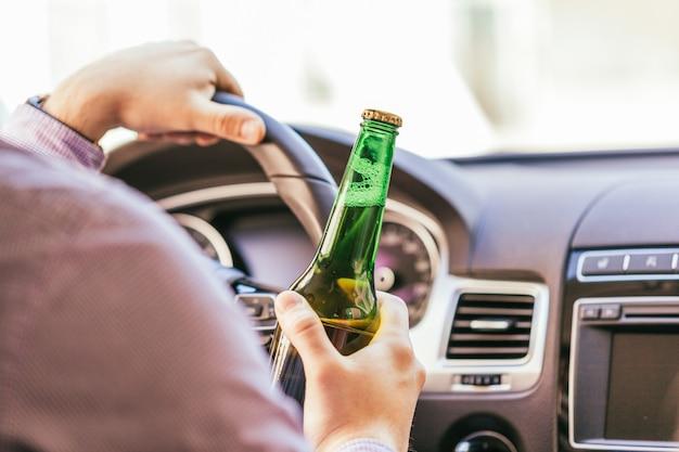 Homem, bebendo, álcool, enquanto, dirigindo carro