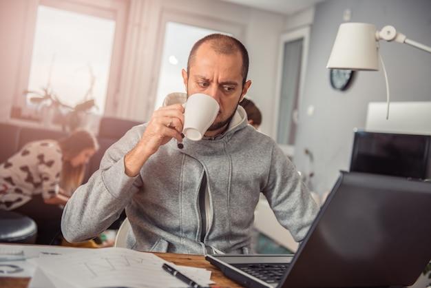 Homem bebendo café