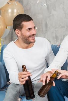 Homem, bebendo, cerveja, com, amigo