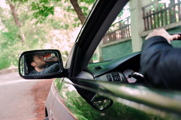 Homem, bebendo, cerveja, enquanto, dirigindo carro