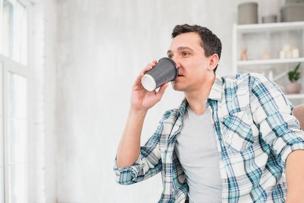 Homem, bebendo, de, copo, ligado, cadeira, casa