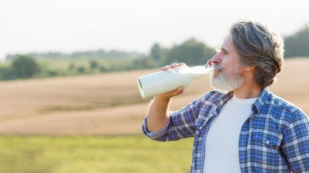 Homem bebendo leite de cabra