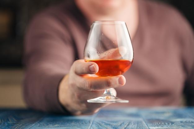 Homem bebendo uísque de malte em tempo de relaxamento