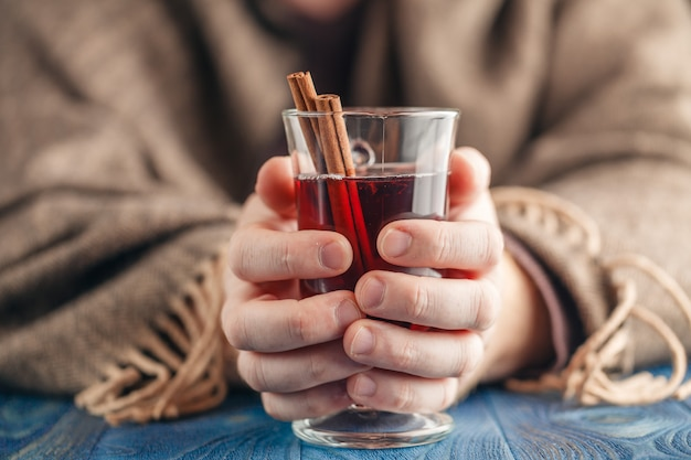 Homem bebendo vinho tinto quente com especiarias