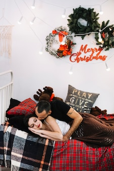 Homem, beijando, dormir, mulher