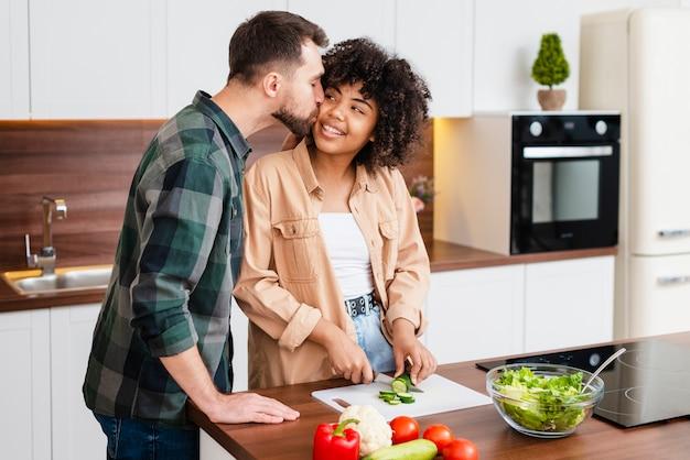 Homem beijando linda mulher afro-americana