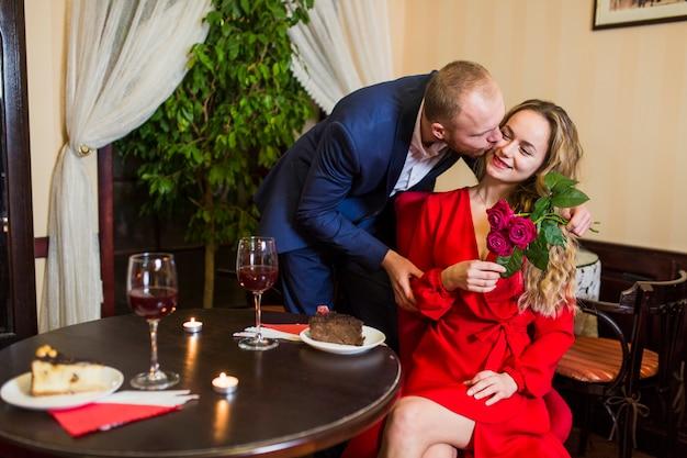 Homem, beijando, mulher, bochecha, em, restaurante