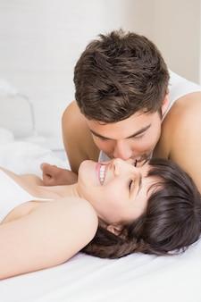 Homem, beijando, mulher, cama, quarto