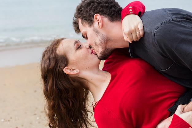 Homem, beijando, mulher, segurando, dela, braços