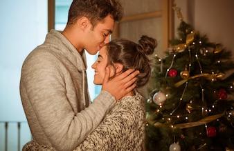 Homem, beijando, mulher, testa, natal, árvore