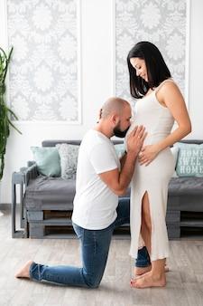 Homem, beijando, seu, esposa, barriga