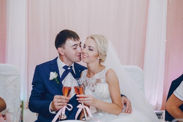 Homem beijando sua noiva