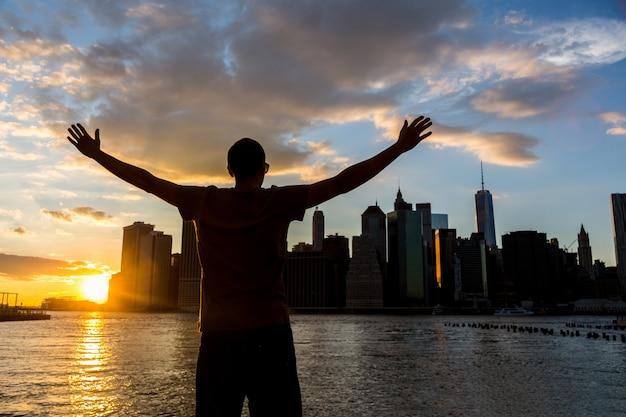 Homem bem sucedido em nova york ao pôr do sol