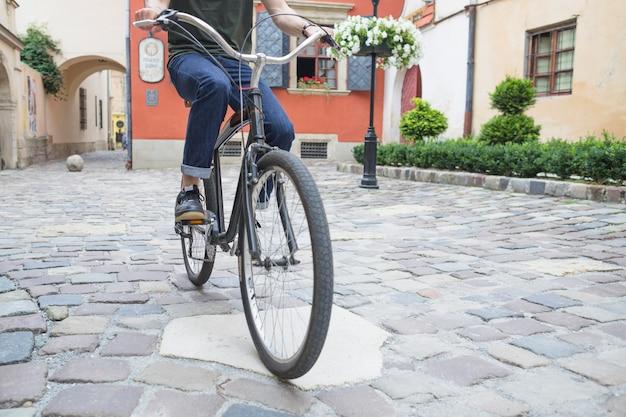 Homem, bicicleta equitação, ligado, pavimento pedra