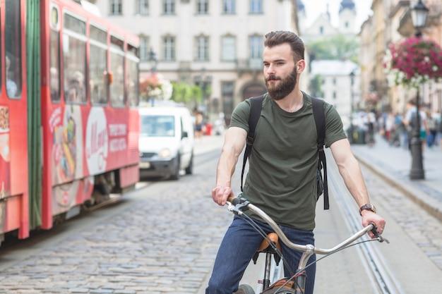 Homem, bicicleta equitação, ligado, rua