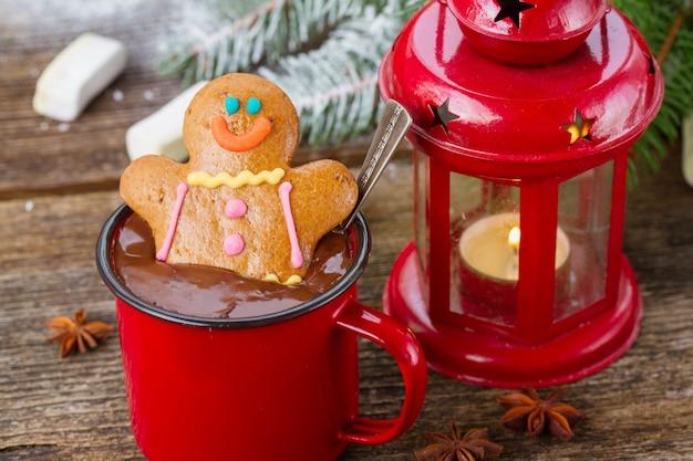 Homem-biscoito dentro de uma caneca de chocolate quente com lanterna