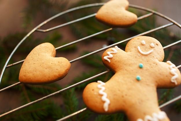Homem-biscoito e corações na grelha