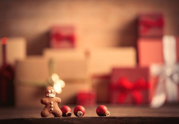 Homem-biscoito na mesa com os presentes de natal no fundo
