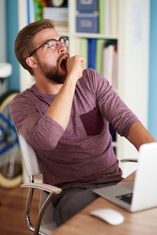 Homem bocejando depois de um dia exaustivo