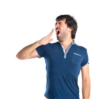 Homem bocejando sobre fundo branco isolado