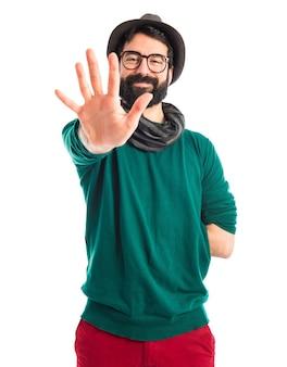 Homem boêmio contando cinco