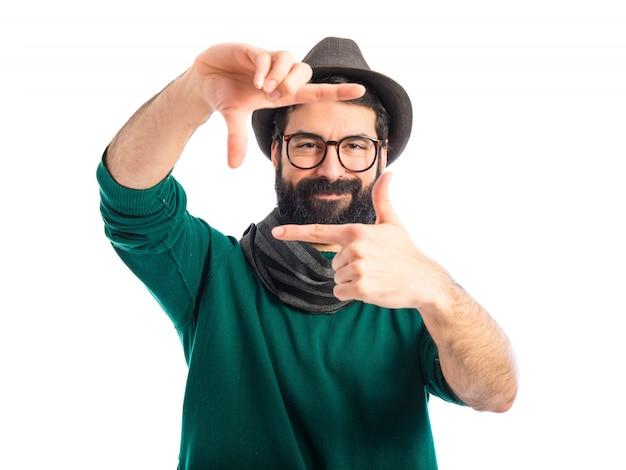 Homem boêmio focado com os dedos
