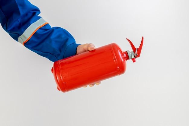 Homem bombeiro segurando um extintor de incêndio, trabalho seguro e conceito de precauções