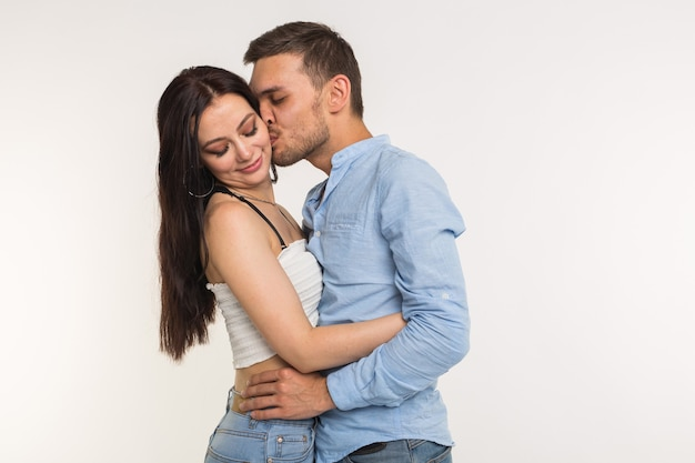 Homem bonito abraçando a namorada em branco
