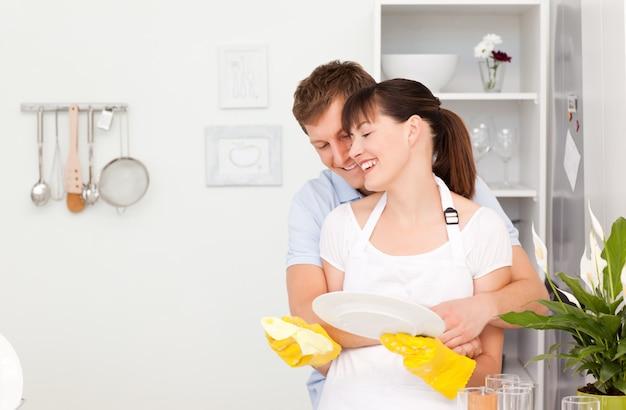 Homem bonito abraçando sua esposa