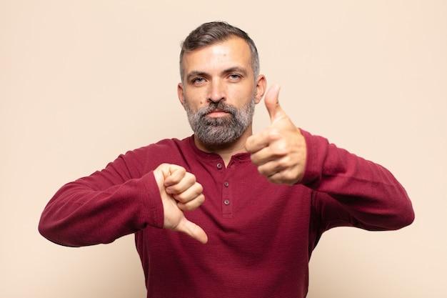 Homem bonito adulto se sentindo confuso, sem noção e inseguro, avaliando o que há de bom e de ruim em diferentes opções ou escolhas