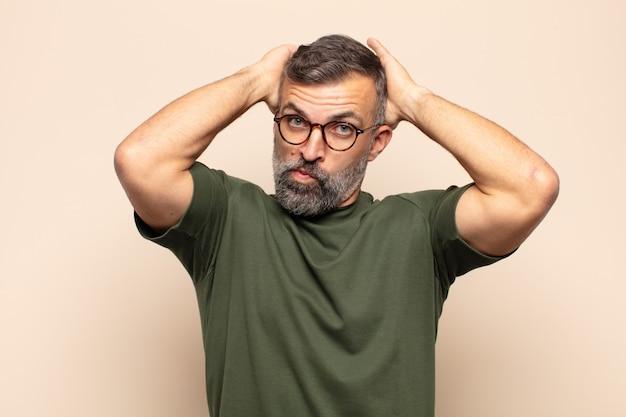 Homem bonito adulto se sentindo frustrado e irritado, farto do fracasso, farto de tarefas enfadonhas e enfadonhas
