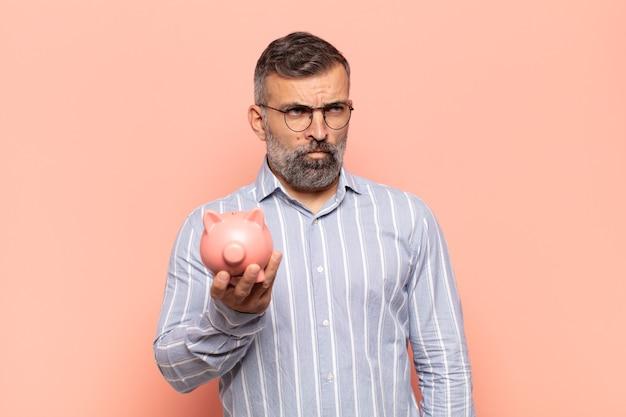 Homem bonito adulto triste, chateado ou com raiva e olhando para o lado com uma atitude negativa, franzindo a testa em desacordo