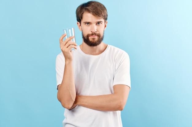Homem bonito água potável studio. foto de alta qualidade