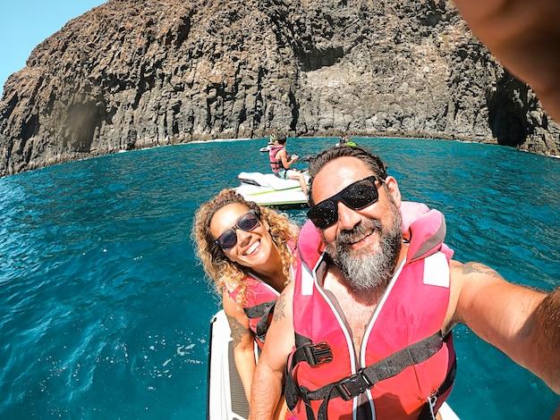 Homem bonito alegre e mulher juntos em um céu de jato se divertindo nas férias de verão