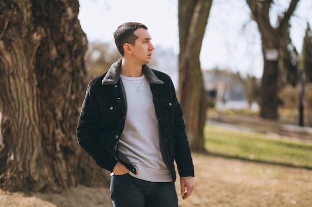 Homem bonito andando no parque