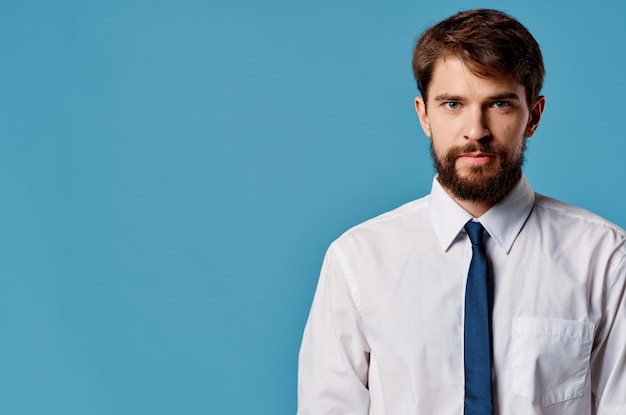 Homem bonito banner azul copyspace publicidade apresentação fundo isolado