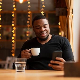 Homem bonito, bebendo café
