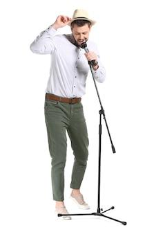 Homem bonito cantando em branco