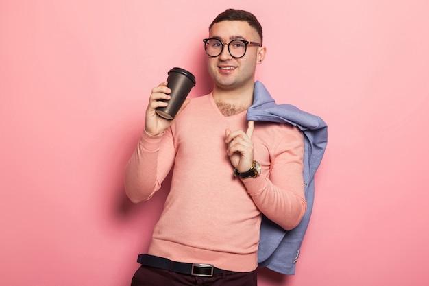Homem bonito casaco brilhante com xícara de café