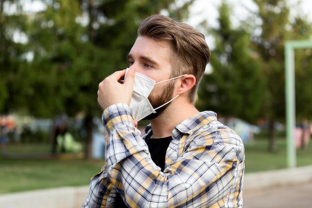 Homem bonito close-up usando máscara