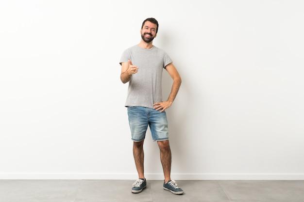 Homem bonito com barba, apertando as mãos