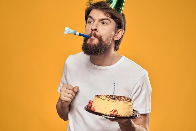 Homem bonito com barba e boné comemorando uma festa de aniversário
